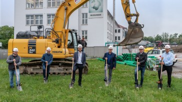 Groundbreaking ceremony for the new logistics center at Bizerba in Balingen (from left to right: Alexander Kapla (Managing Director Stotz Bau), Klaus Schmitzer (Managing Director Stotz Bau), Andreas Kraut (CEO Bizerba), Robert Keller (Bizerba VP Global Service), Till Wäschle (Architect), Tobias Brendle (Bizerba Purchasing). Not pictured: Wolfgang Welte (Bizerba Facility Management)